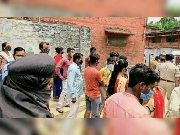 रक्सौल स्थित डंकन अस्पताल में परिसर में जुटे महिला के मायके पक्ष के लोग। - Dainik Bhaskar