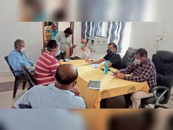 कोविड सेंटर के कार्यालय में बैठक करते अधिकारी को चिकित्सक। - Dainik Bhaskar