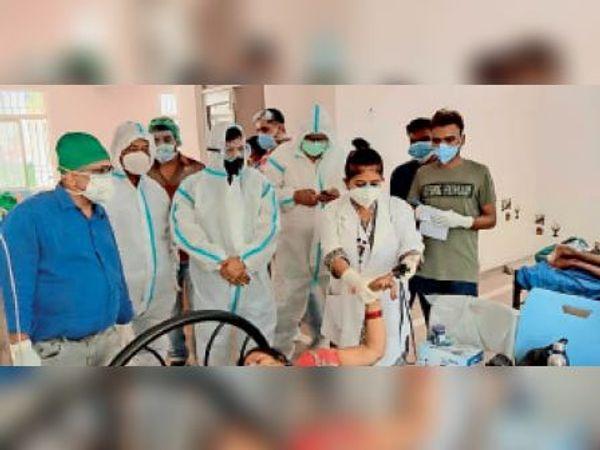आइसोलेशन सेंटर में भर्ती मरीज की जानकारी लेते एडीएम। - Dainik Bhaskar