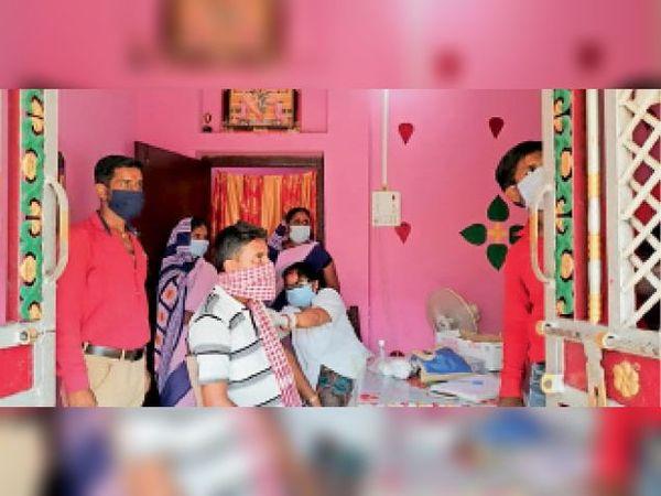 मलाही में कोरोना का वैक्सीन लगाती एएनएम। - Dainik Bhaskar