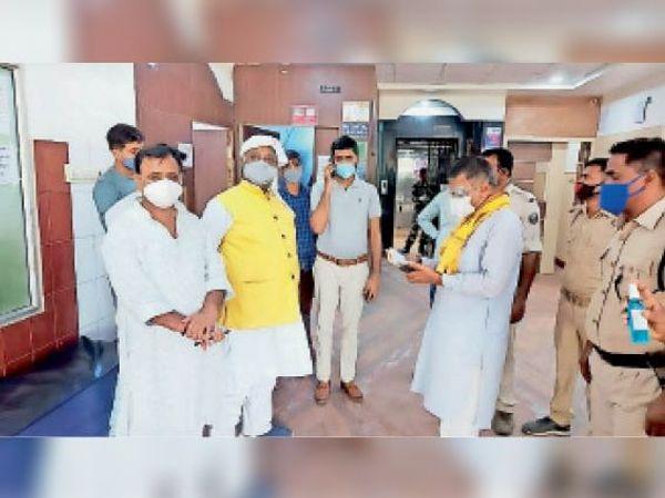 रहमानिया हॉस्पिटल का निरीक्षण करते मंत्री प्रमोद कुमार व अन्य। - Dainik Bhaskar