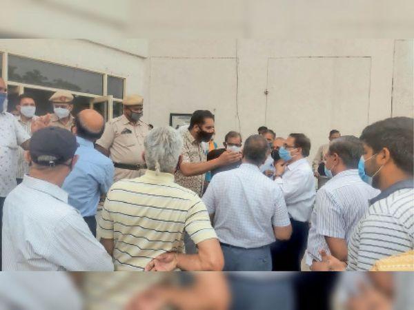 सेक्टर-12ए कम्युनिटी सेंटर में वैक्सीन न लगवाने पर हंगामा करते लोग। - Dainik Bhaskar