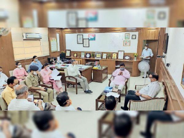 प्रशासनिक अधिकारियों के साथ बैठक करते विधानसभा अध्यक्ष। - Dainik Bhaskar