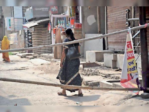 काशीपुर के कंटेनमेंट जोन में आने-जाने पर पाबंदी है। यही नहीं कंटनेमेंट जाेन में दुकानें खोलने पर भी रोक है। पर लोग गाइडलाइन का पालन नहीं कर बैरियर से आर-पार हो रहे हैं। दुकान भी खोल कर रखी गई है। - Dainik Bhaskar