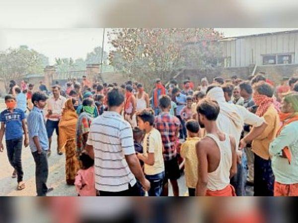 दलसिंहसराय के केवटा में सड़क जाम कर हंगामा करते आक्रोशित लोग। - Dainik Bhaskar