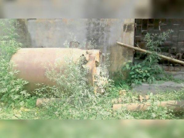 रामपुर गांव स्थित लघु सिंचाई विभाग कार्यालय परिसर में धूल फांक रही हैं नई मशीनें। - Dainik Bhaskar