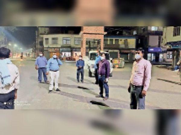 नाइट कर्फ्यू में सड़कों पर पदाधिकारी। - Dainik Bhaskar