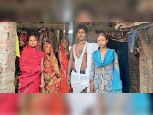 बाजपट्टी में माता-पिता की माैत के बाद परिजनाें के साथ मृतक की बेटी। - Dainik Bhaskar