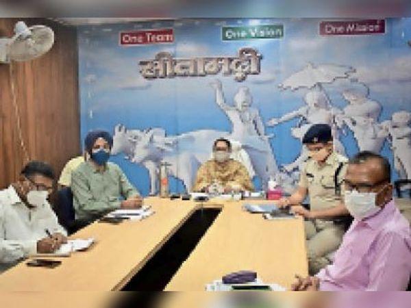 बैठक में डीएम, एसपी व अन्य अधिकारी। - Dainik Bhaskar