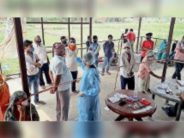 नानपुर के शिविर में की जा रही कोरोना की जांच। - Dainik Bhaskar