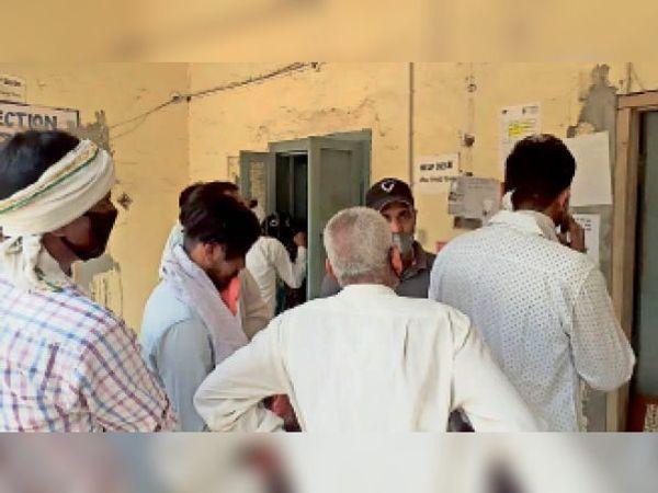 रादौर|लॉकडाउन को लेकर बिजली निगम कार्यालय के बाहर नोटिस लगाता कर्मचारी। - Dainik Bhaskar