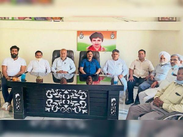 यमुनानगर श्याम सुंदर बतरा निवास स्थान पर बैठक करते कांग्रेसी। - Dainik Bhaskar