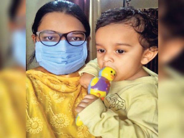 डाॅ. मनीषा अपने 11 माह के बेटे के साथ। - Dainik Bhaskar