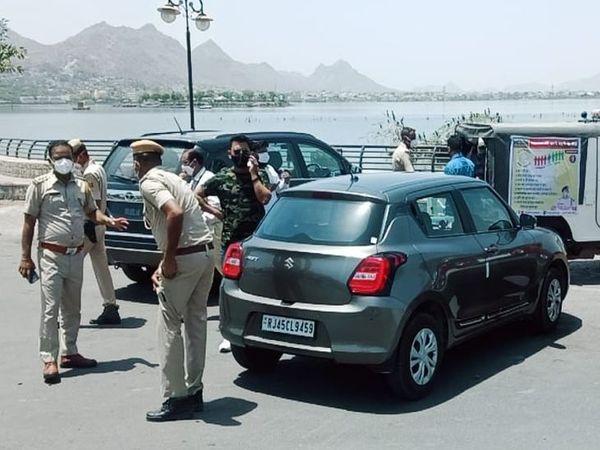 वाहन मालिकों को पूछताछ करती पुलिस