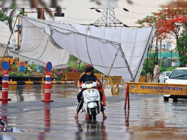 आंधी-बारिश के बीच विजयनगर में पुलिस का टेंट उखड़ गया, जिसे बाद में सुधार दिया गया। फोटो- संदीप जैन - Dainik Bhaskar