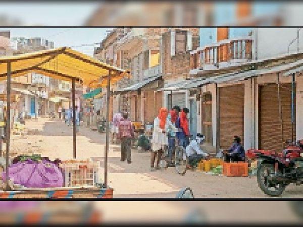 भगवां  कोरोना कर्फ्यू लागू होने के बावजूद लोग नहीं मान रहे। - Dainik Bhaskar
