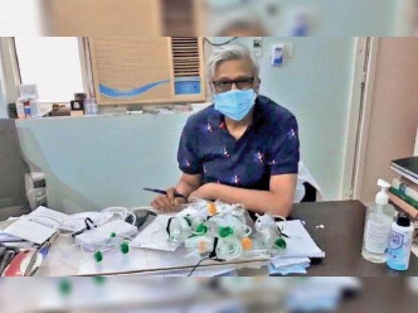 छतरपुर| फ्लोमीटर के साथ डॉ खरे। - Dainik Bhaskar