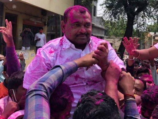 जीत के बाद समर्थकों ने कोरोना प्रोटोकॉल तोड़ भाजपा विधायक के साथ जश्न मनाया। - Dainik Bhaskar
