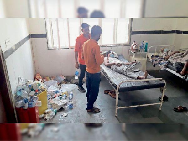 छतरपुर|गंदगी के बीच इलाज कराने मरीज। कोरोना संदिग्ध मरीज भर्ती होना शुरू हुए हैं, तब से इन वार्डों की सफाई व्यवस्था पूरी तरह से चौपट है। - Dainik Bhaskar