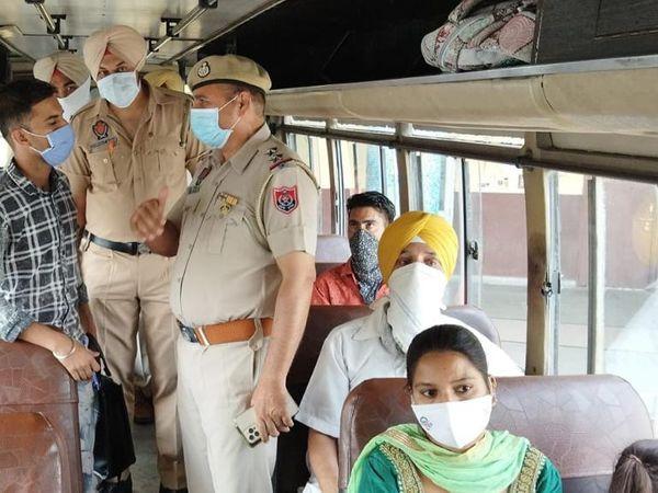 जालंधर बस स्टैंड पर यात्रियों की चेकिंग करती पुलिस। - Dainik Bhaskar