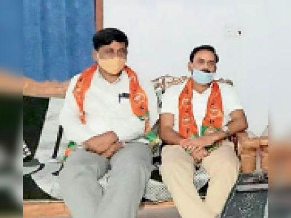 जानकारी देते भाजपा के जिला महामंत्री और अन्य। - Dainik Bhaskar