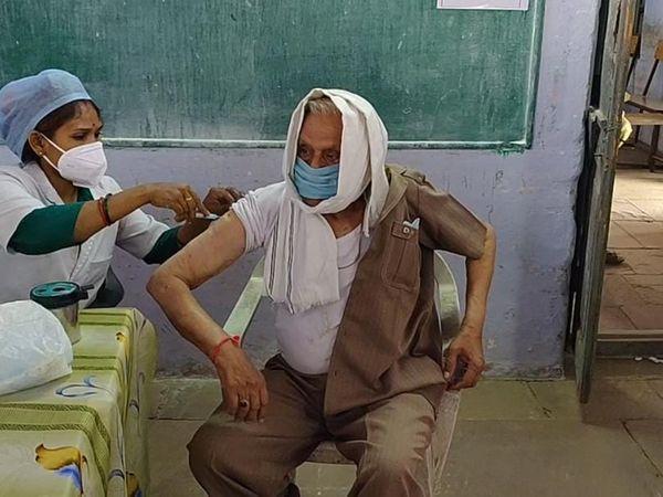 एसएनजी स्कूल में सोमवार को बुजुर्गाें को टीका लगाया गया। - Dainik Bhaskar