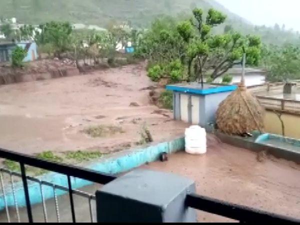 The photo is of Kumrara village in Uttarkashi district.  Many houses have been damaged due to cloudburst here.  - Dainik Bhaskar