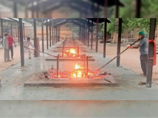 श्रीगंगानगर. कल्याण भूमि में रविवार को जलती चिताएं। - Dainik Bhaskar