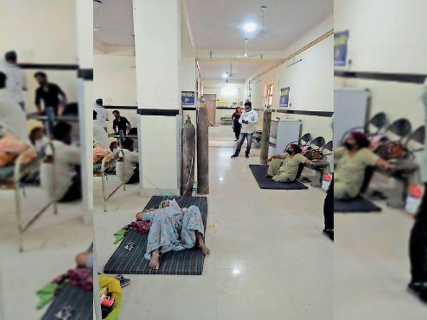 कोरोना वार्ड में बेड के अभाव में जमीन पर मरीजों को इलाज शुरू हुआ। - Dainik Bhaskar