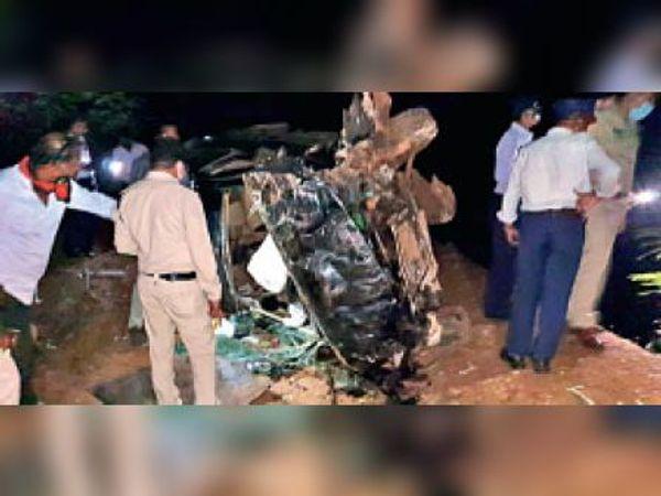 घटना के बाद क्षतिग्रस्त कार, पुलिस मौके पर पहुंची। - Dainik Bhaskar