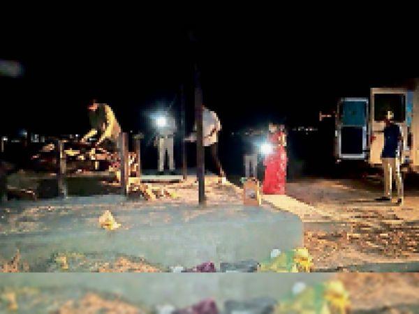 चापड़ा के श्यामनगर मुक्तिधाम पर पुलिस की माैजूदगी में सास का अंतिम संस्कार करती बहू। - Dainik Bhaskar