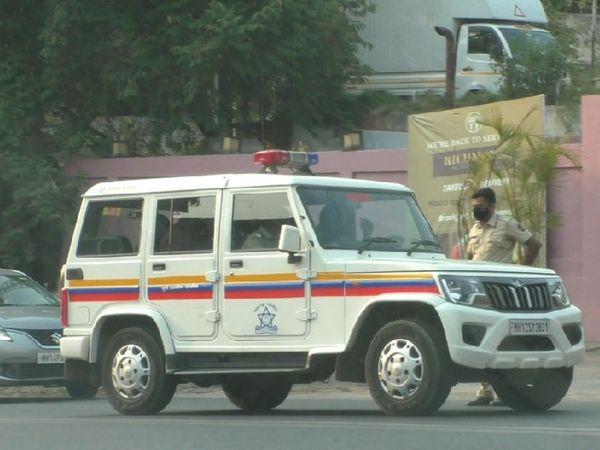 शादी समारोह के दौरान होटल के बाहर पहुंची पुलिस की गाड़ी। होटल पर भी 50 हजार रुपए का जुर्माना लगाया गया है। - Dainik Bhaskar