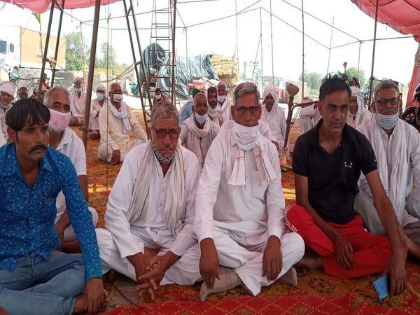 आंदोलनकारी किसानों का धरना जारी है। - Dainik Bhaskar
