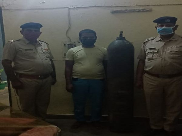 पुलिस की गिरफ्त में एसी मैकेनिक। - Dainik Bhaskar