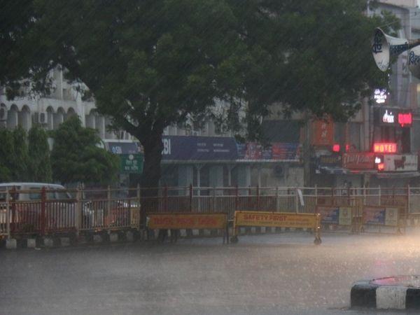 भोपाल में रविवार शाम को तेज बारिश हुई। यहां 3.4 मिमी पानी गिरा।