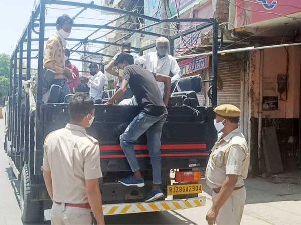 शहर में बेवजह घूमने वाले लोगों को क्वारंटाइन सेंटर पर ले जाती पुलिस। इन्हें अब कोरोना जांच की रिपोर्ट निगेटिव आने पर छोड़ा जाएगा। - Dainik Bhaskar