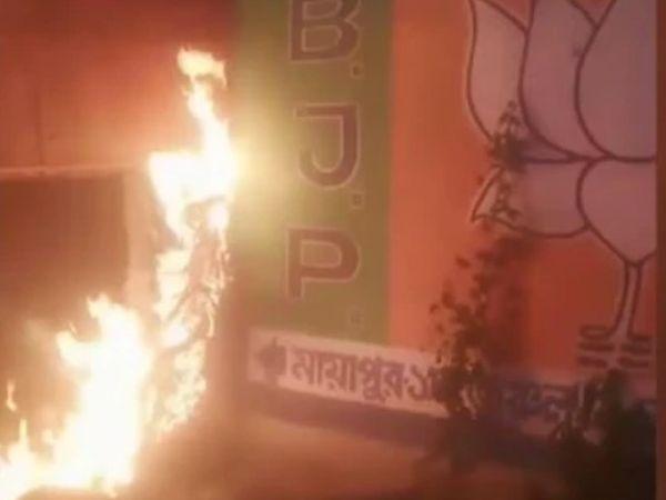 यह तस्वीर पश्चिम बंगाल के आरामबाग स्थित भाजपा कार्यलय की है। रविवार को आए विधानसभा चुनाल  के नतीजों के दौरान यहां उपद्रवियों ने इस दफ्तर में आग लगा दी थी। भाजपा ने इसका आरोप टीएमसी के कार्यकर्ताओं पर लगाया था। - Dainik Bhaskar