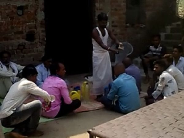 रोपी दिनदास अपने घर में लगे हैंडपंप, नल और कुएं से पानी भरकर लाता और लोगों को बांटता। इसे पियो और अपने साथ ले जाओ, कहकर उपदेश देता था।