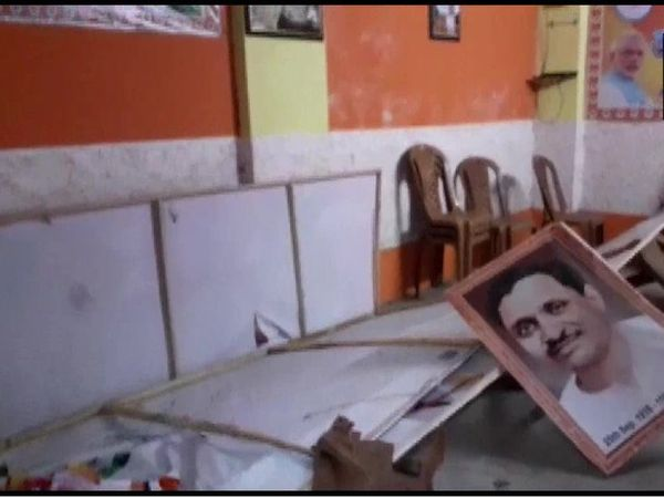 BJP office was vandalized at Bhatpada in North 24 Parganas district.  TMC activists are accused of this.  - Dainik Bhaskar