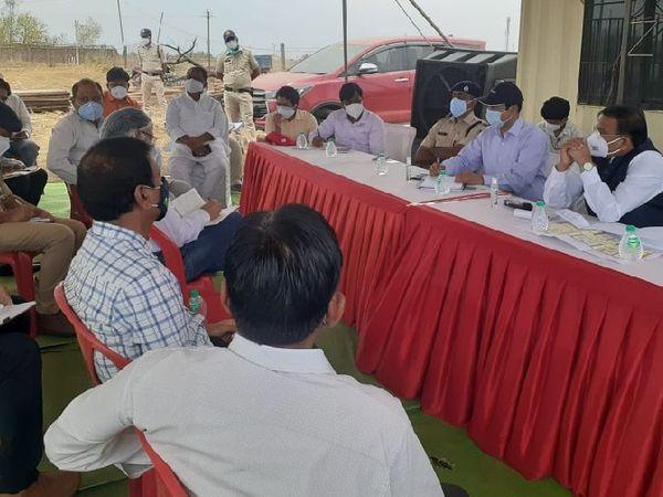 अस्पताल के निर्माण कार्यों की जानकारी लेते मंत्री सिंह। - Dainik Bhaskar