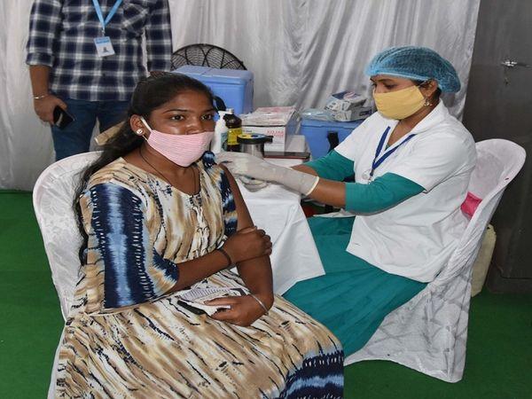 तस्वीर दंतेवाड़ा की है। जिले में 18+ वैक्सीनेशन अब शुरू कर दिया गया है। - Dainik Bhaskar