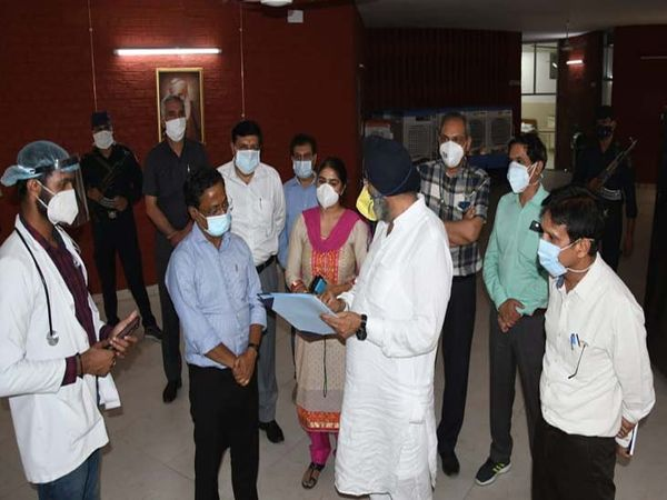 एडवाइजर मनोज परिदा ने सेंटर बनाने वालों की तारीफ की। - Dainik Bhaskar