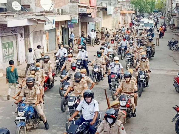 पुलिस ने धौलपुर में निकाला फ्लैग मार्च। - Dainik Bhaskar
