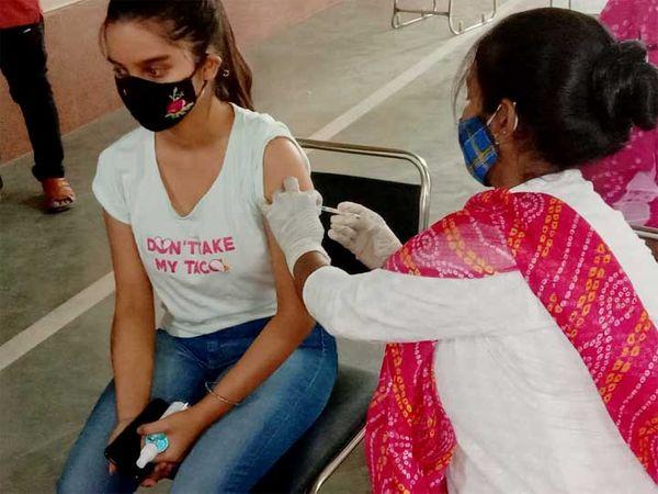 धौलपुर में वैक्सीन लगवातीं टीनेजर।