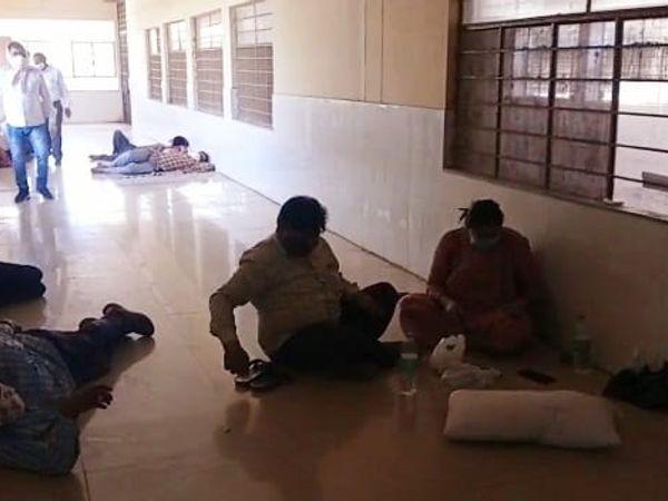 अस्पताल में मरीजों के परिजन - Dainik Bhaskar