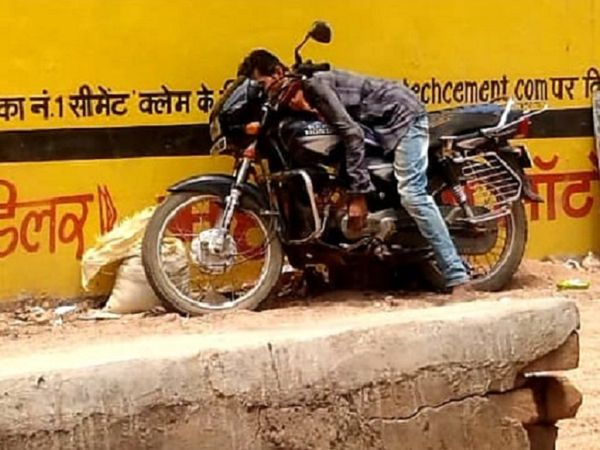 छत्तीसगढ़ के गरियाबंद में शराब की लत के चलते युवक की बाइक पर बैठे-बैठे ही मौत हो गई। - Dainik Bhaskar