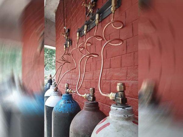 बाल भवन के बाहर गैस सिलेंडरों से गैस मरीजों तक पहुंचेगी