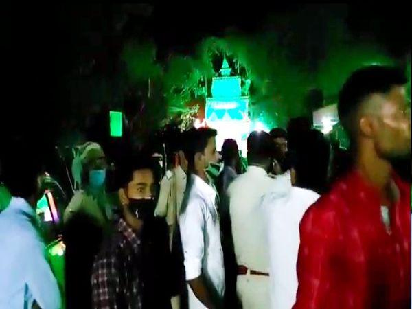 गोलीबारी के बाद घटनास्थल पर लोगों की भीड़। - Dainik Bhaskar