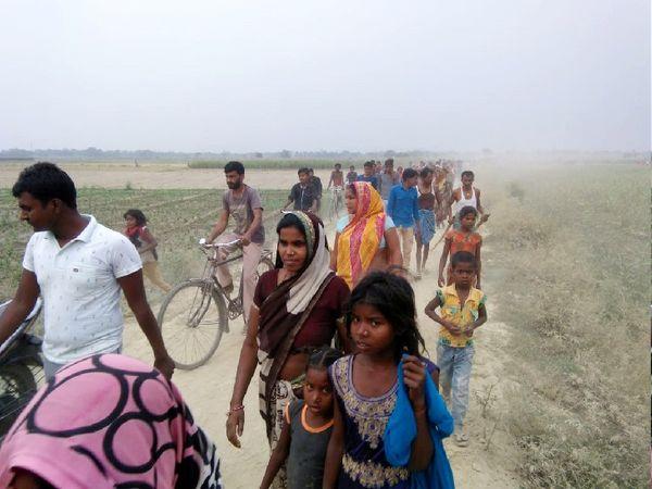 घटना के बाद चंवर की ओर जाते ग्रामीण।