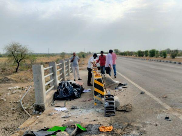 दुर्घटना के बाद फोरलेन पर बिखरा कैंपर गाड़ी का सामान। - Dainik Bhaskar
